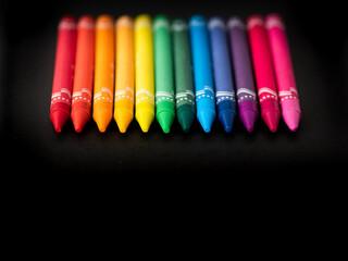 Obraz kolorowe kredki na czarnym tle - fototapety do salonu