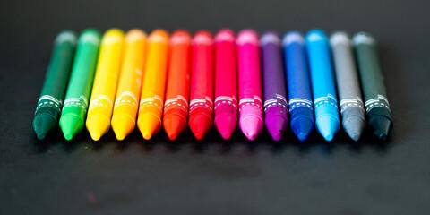 Fototapeta Kolorowe kredki na czarnym tle  obraz