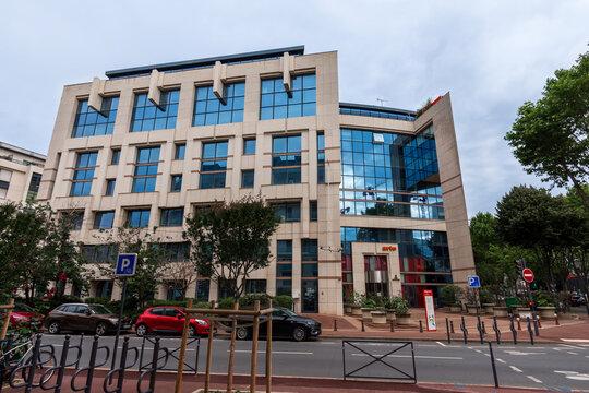 Issy-les-Moulineaux, France - 4 juillet 2021: Vue extérieure du siège social d'Arte France, pôle français de la chaîne de télévision franco-allemande Arte