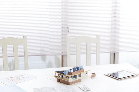 住宅模型がある設計会社の事務所のデスク