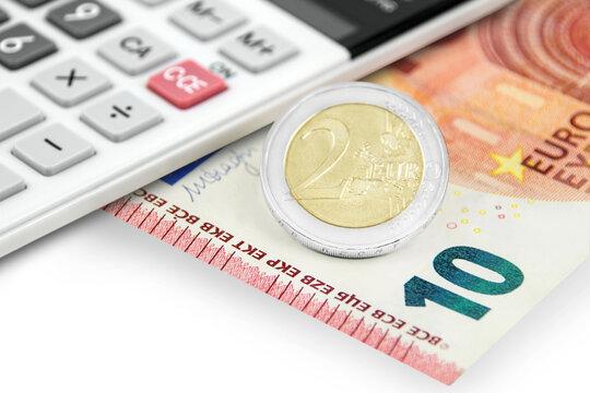 Rechner und 12,00 Euro auf weissem Hintergrund