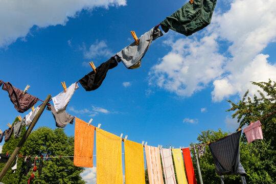 Handtücher und Unterwäsche zum Trocknen aufgehängt