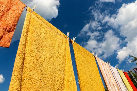 Wäscheleine mit Handtüchern als bunter Wäsche und Klammern