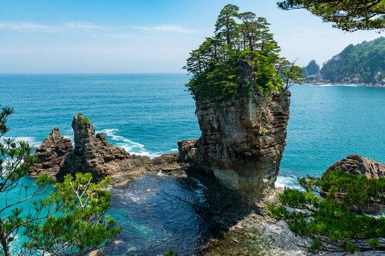 【岩手県宮古市】高さ50mの男岩を中心に女岩、太鼓岩からなる奇岩三王岩は風と波が作った芸術品