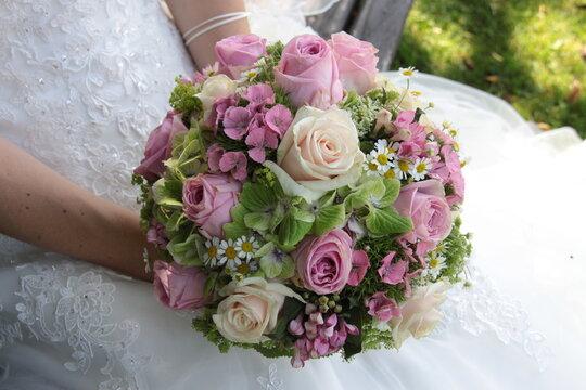 Blumenstrauss in der Hand der Braut