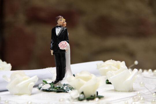 Hochzeitspaar als Zuckerpuppen auf der Hochzeitstorte