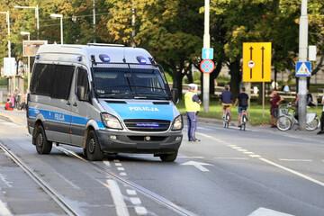 Obraz Samochody służbowe polskiej policji w akcji.  - fototapety do salonu
