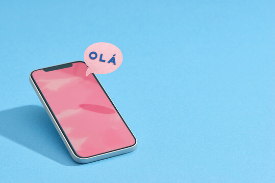 Smartphone with Olá text in bubble