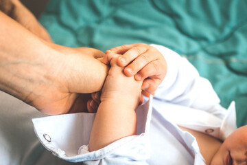 Fototapeta Małe dziecko trzymające dłoń Matki. obraz