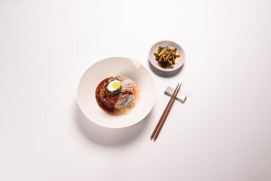 새콤하고 시원한 국물이 맛있는 한국식 냉면