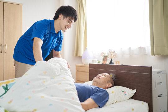 介護施設で働く男性介護士