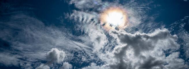 Fototapeta anneau solaire dans le ciel bleu très nuageux obraz