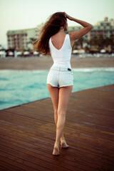 Fototapeta Opalona skóra - wakacje na plaży - nogi, pupa, cellulit, sylwetka na wakacje obraz