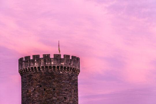 Allassac (Corrèze, France) - Ciel rose au coucher du soleil sur la tour César