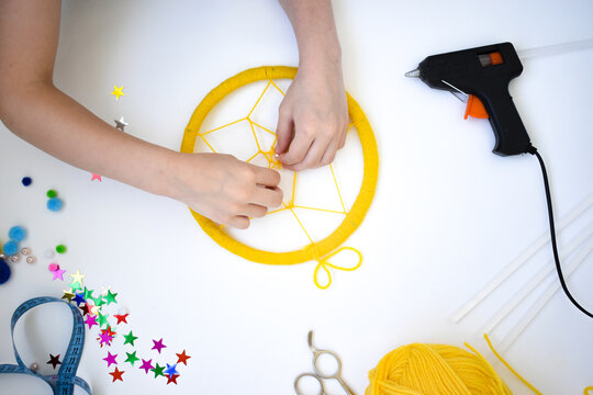 How to make a dream catcher at home. Instruction. Step 6. Wrapping the warp with a thread at the marked points, and in the middle of the threads, weave a cobweb.