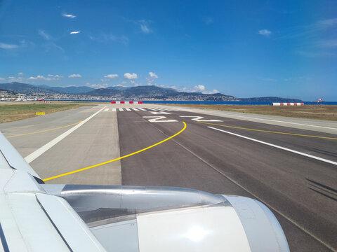 markierung von der start- und landebahn vom flughafen nizza in frankreich