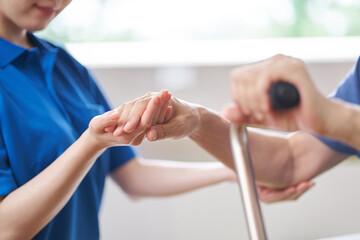 介護士と高齢者の手元