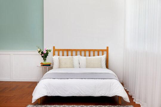 침대와 베개, 이불 등의 침구류가 있는 깨끗한 침실