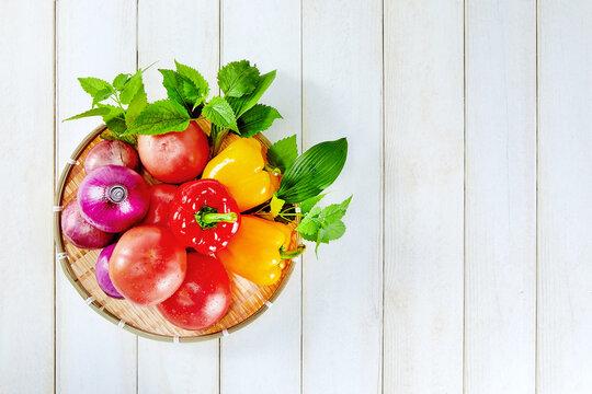 토마토, 파프리카, 양파 등 많은 야채들 묶음
