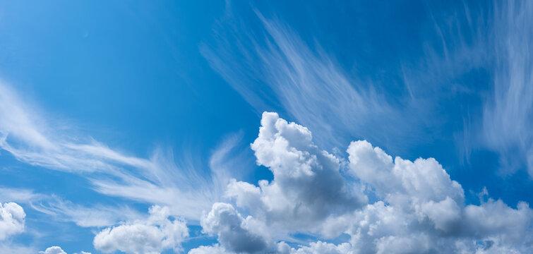 panoramique de ciel nuageux en été