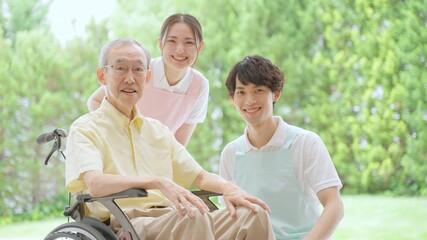 Fototapeta 車椅子に乗った高齢者と介護士 obraz