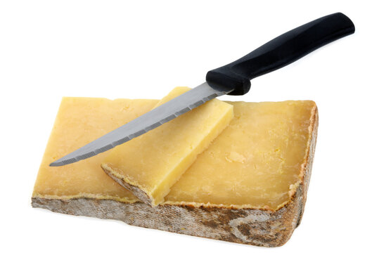 Morceaux de fromage de Laguiole avec un couteau en gros plan sur fond blanc