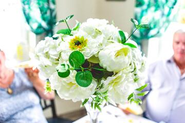 Fototapeta Bukiet białych kwiatów podczas imprezy rodzinnej. obraz