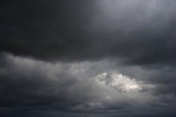 Fototapeta Niebo pokryte czarnymi, budzącymi grozę chmurami. obraz