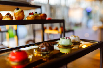 Obraz Piccola pasticceria preparata per un buffet di dolci di un matrimonio - fototapety do salonu
