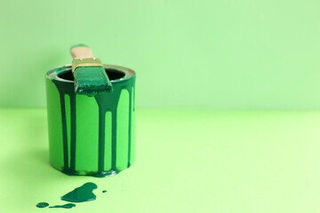 Obraz Can of green paint with brush on color background. Space for text - fototapety do salonu