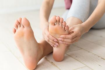 Obraz 足裏を触る女性. - fototapety do salonu