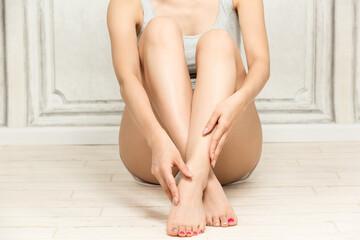 Obraz 脚をスキンケアする女性 - fototapety do salonu