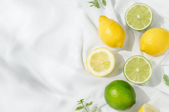 白い生地の上に並べられたレモンとライム