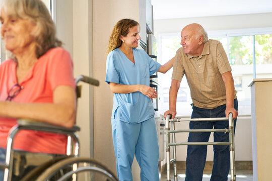 Pflegekraft bei Betreuuung von Senioren im Altenheim