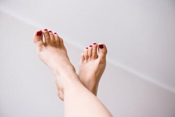Stopy kobiety z pomalowanymi paznokciami