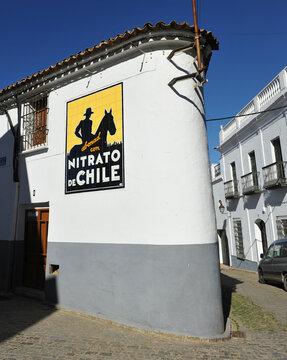 Antiguo azulejo publicitario de Nitrato de Chile. Casa en la esquina de una calle de Fuente de Cantos, pueblo de la provincia de Badajoz en Extremadura España. Azulejos publicitarios de España