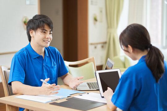 介護プランについて話し合う介護士