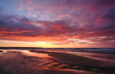 Fototapeta Zachód słońca nad wybrzeżem Morza Bałtyckiego ,Kołobrzeg, Polska obraz