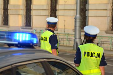 Obraz Policjanci wydziału ruchu drogowego podczas pracy  na drodze w mieście.  - fototapety do salonu