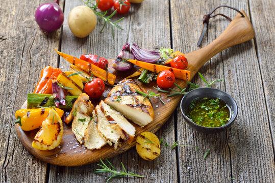 Hähnchenbrust vom Grill mit Zitrone-Kräuter-Dip und gemischtem Grillgemüse - Grilled chicken breast with lemon herbs dipping sauce and mixed vegetables