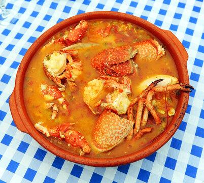 Arroz con bogavante en cazuela de barro. Delicias de la gastronomía española. Dieta mediterránea