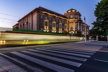 Obraz tramwaj w mieście - fototapety do salonu