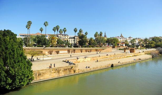Vista panorámica del antiguo Muelle de la Sal desde el Puente de Triana en la orilla del río Guadalquivir a su paso por Sevilla España.