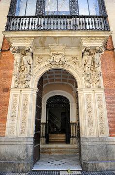 Edificio historicista en calle Reyes Católicos de Sevilla, Andalucía, España.
