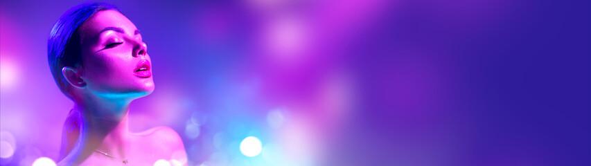 High Fashion model vrouw in kleurrijke felle neonlichten poseren in studio. Portret van mooi meisje in UV. Art design kleurrijke make-up. Op kleurrijke levendige gloeiende achtergrond, kunstontwerp.