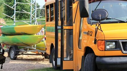 Obraz kajaki, przyczepka na kajaki, amerykańskie auto, ford e-350, canoes - fototapety do salonu