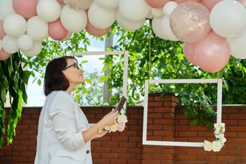 Obraz Decorating the garden with balloons for a party, ceremony - fototapety do salonu