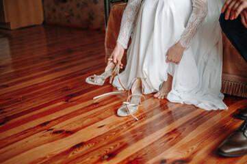 Obraz Kobieta zakłada buty w dniu ślubu - fototapety do salonu