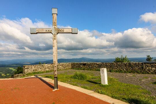 Kreuz auf der aussichtsplattform an der hochwaldbaude mit grenzstein im zittauer gebirge