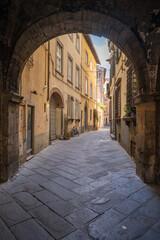 Oude lege smalle straat van Lucca in Toscane Italië